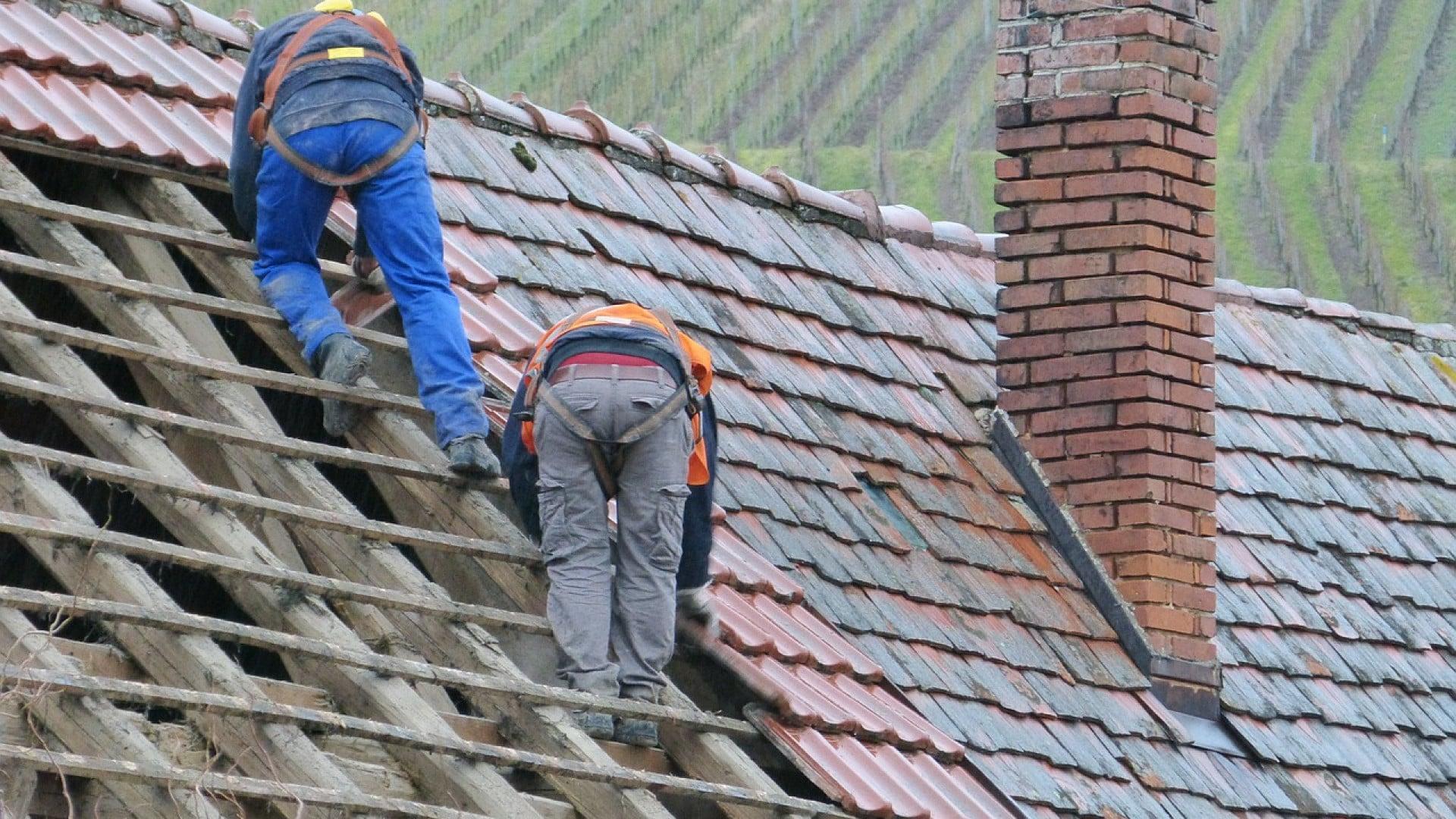 Ouvriers en charge de travaux d'isolation thermique