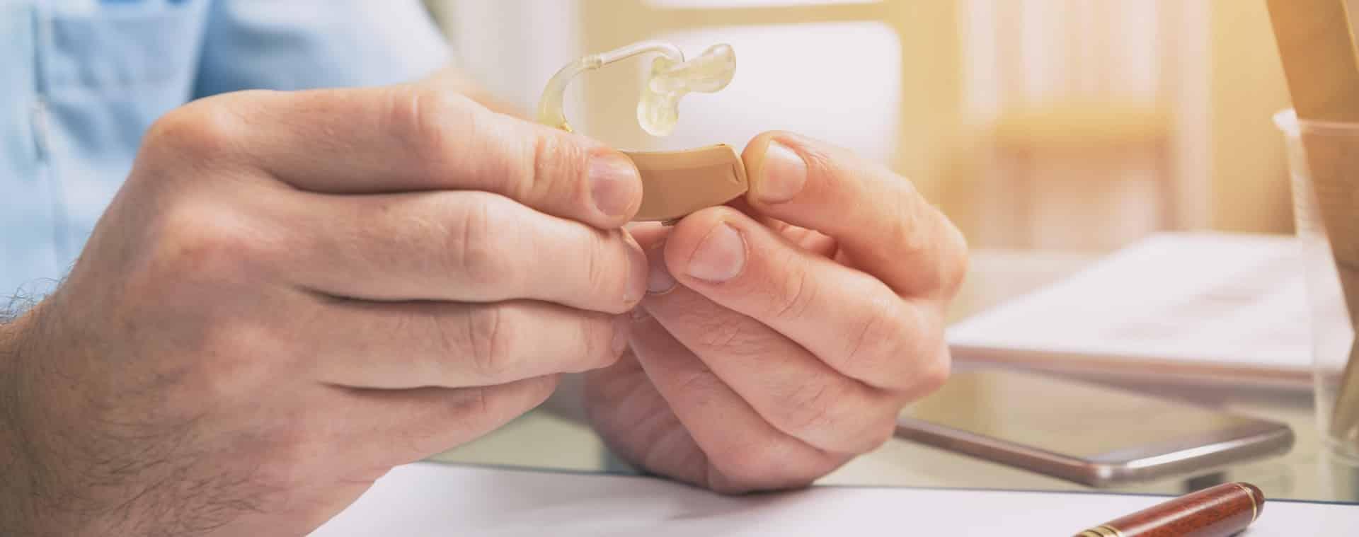 L'examination d'une prothèse auditive