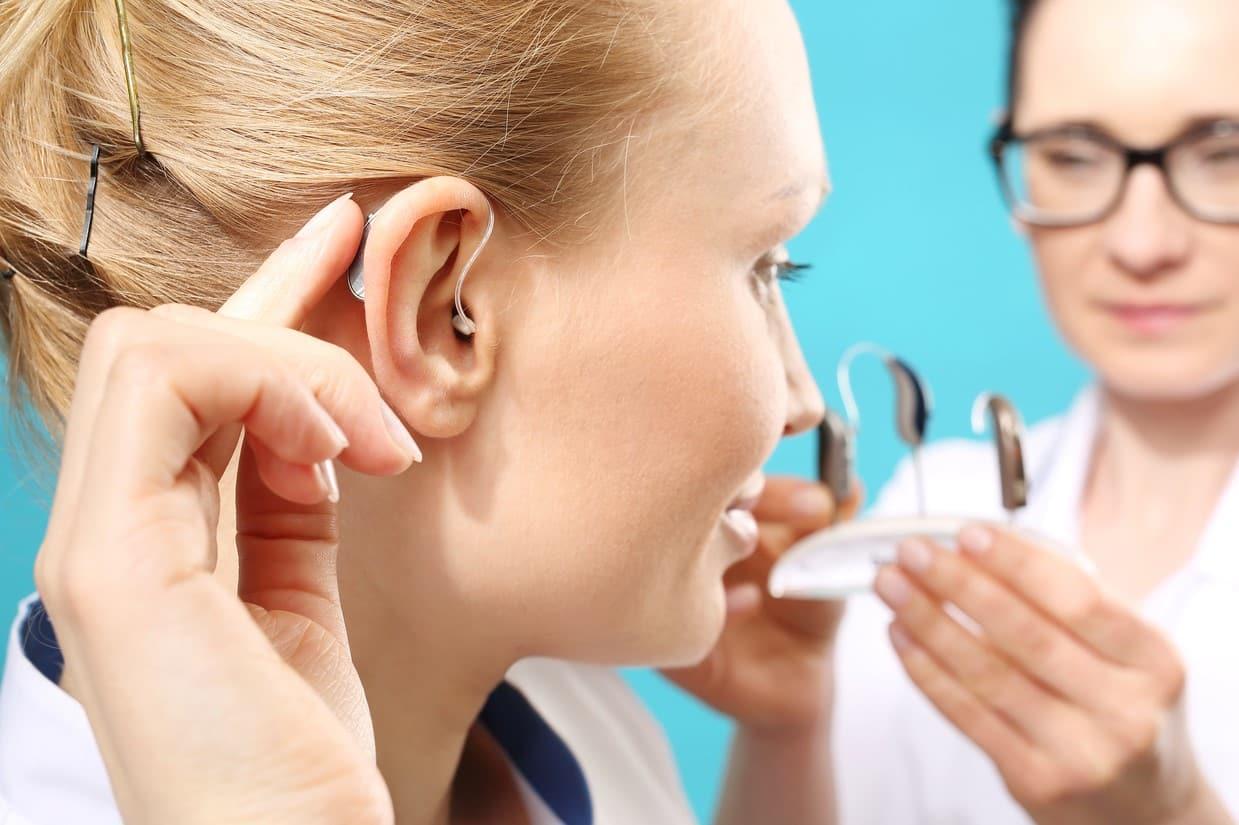 Une patiente avec son audioprothésiste