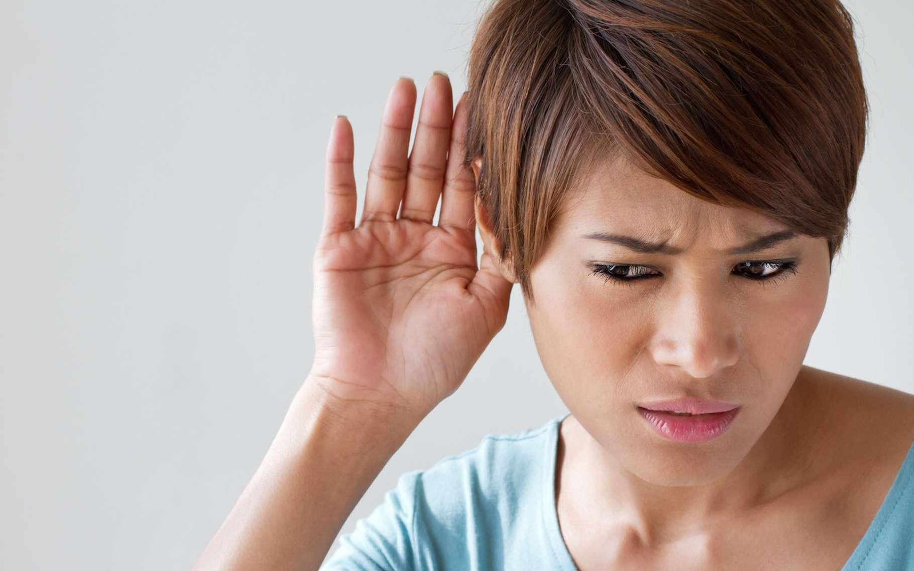 Une personne malentendante essayant de percevoir un son