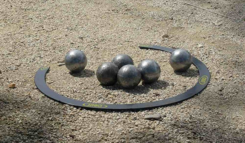 cercle Obut avec des boules de pétanque